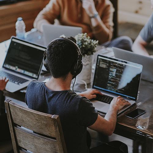 Robinhood  — финансовый стартап, созданный двумя молодыми предпринимателями из Кремниевой долины: Владимиром Теневым и Байджу Бхаттом в 2013 году, который позволяет инвестировать в фондовый рынок.